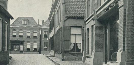 Op de achtergrond de winkel van G.J.Albrecht in Winterswijk, sinds 1881 tot 1964. Was een boek-, muziek-, papier- en kunsthandel, kantoorboekhandel en leesbibliotheek