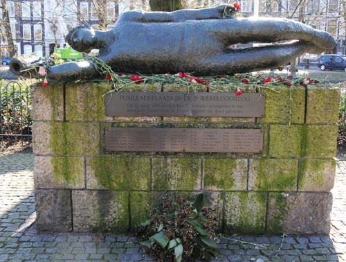 Monument 'De Gevallen Hoornblazer' op het Weteringplantsoen in Amsterdam. Op 10 maart 1945 viel de SD het pand binnen, waar de centrrale post van de verzetsgroep Groep 2000 aan de Stadhouderskade was gevestigd. Gevreesd werd dat de code van de leden zou worden gevonden. Ondanks het feit dat leidster van de verzetsgroep 2000 Jacoba van Tongeren hiertegen was drongen enkele verzetslieden het pand binnen, en ontstond een vuurgevecht waarbij een SS Hauptscharführer dodelijk werd getroffen. Als represaille zijn door de Duitsers 30 gevangenen uit het Huis van Bewaring naar het Eerste Weteringplantsoen gebracht en aldaar gefusilleerd. Burgers in de omgeving werden gedwongen naar de executie te kijken. De stoffelijke overschotten bleven nog enige tijd als waarschuwing liggen voordat deze op een open vrachtwagen zijn afgevoerd. Het monument is een geschenk van de Heineken Brouwerij. Op het monument staat de volgende tekst: 'Fusilladeplaats in de 2e wereldoorlog. Op 12 maart 1945 werden hier 30 politieke gevangenen in een represaille-aktie door de Duitse bezetter ter dood gebracht.'