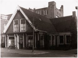 Leesbibliotheek De Witte Raaf, Zaandam, Westzijde tegenover het Blauwepad.