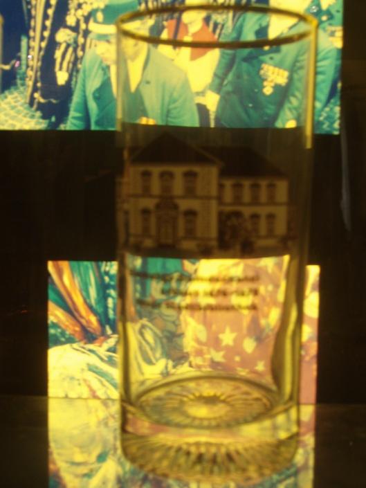 Afbeelding van het bibliotheekgebouw op een glas in het Stadsmuseum van Paderborn
