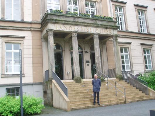 Hans Krol voor het gebouw van de Lippische Landesbibliothek in Detmold