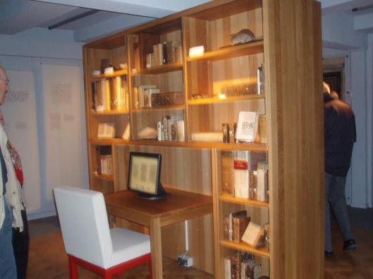 Boekenkast in Museum van Hameln, met historische publicaties gewijd aan de middeleeuwse sage van de rattenvanger van Hamelen
