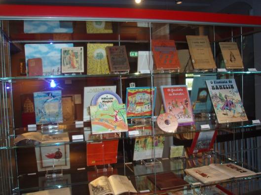 Kast met prentenboeken in vele talen gewijd aan de rattenvanger van Hamelen (Museum Hameln)