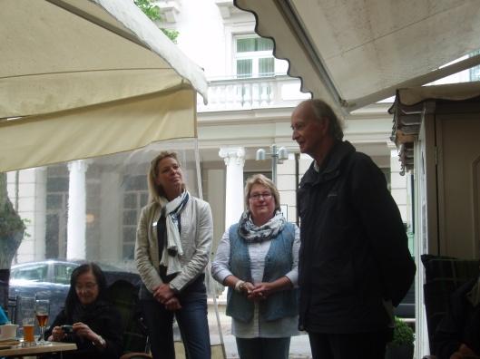 Hans Krol bedankt aan het slot voor de geweldige ontvangst. Links van hem organisator Elvira Raudies, burgemeester Elke Christina Roeder en Angelika Rudolp
