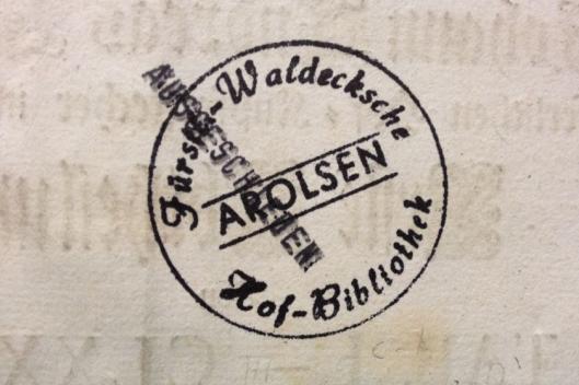 Eigendomsstempel van Hofbibliothek Arolsen met door M.F. aangebracht stempel: 'Ausgeschieden'