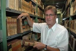 Detlev Hellfaier, directeur van de Lippische Landesbibliothek sinds 1983 toont enkele boeken in het magazijn