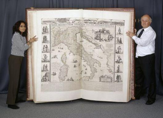 De Klencke atlas meet 1,75 bij 1,90 meter en is in 1660 door de Amsterdamse hoogleraar Johannes Klencke cadeau gedaan aan de Engelse koning Charles II.
