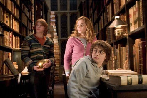 Harry Potter in een klassieke bibliotheek