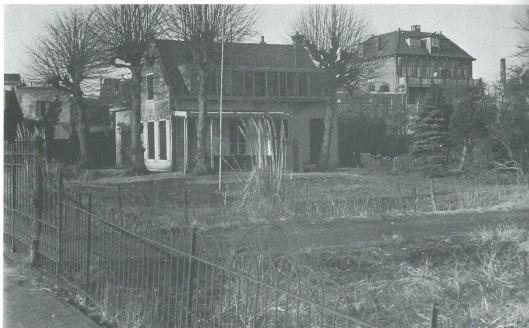 Het huis 'Landrust' aan Kleverlaan nummer 3 van de bloembollenhandelaar C.H.Kramer   op een foto uit omstreeks 1950. Gesloopt in 1954  om plaats te maken voor de tegenwoordige flatwoningen