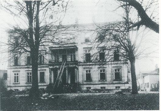 Bij een grote brand op 22 november 1921 gingen circa 30.000 banden verloren. [Uit: 'Die Lippische Landesbibliothek; Bau - Sammlungen - Partner', 1993,