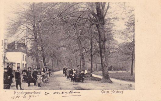 De witgepleisterde villa Boshof aan de Kleine Houtweg in Haarlem met links daarvan de koepel Bellevue op een prentbriefkaart uit 1905