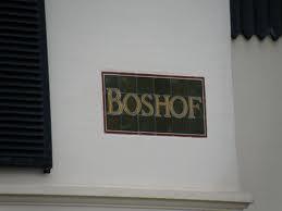 Het van Haarlem-Zuid naar Bloemendaal overgebrachte tegeltableau met naam 'Boshof' (foto Ned. Tegelmuseum)