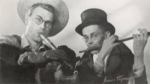 Foto van Godfried Bomans en Harry Prenen die een Rijnlandsche Pastorale uitvoeren op een fluit