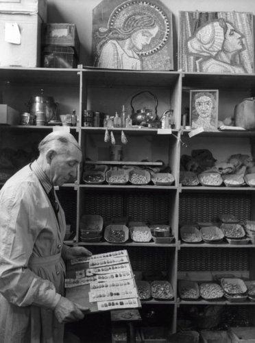 Antoon Molkenboer in zijn atelier bij het opbergen van mozaïeksteentjes (foto W.van den Randen, 1943)