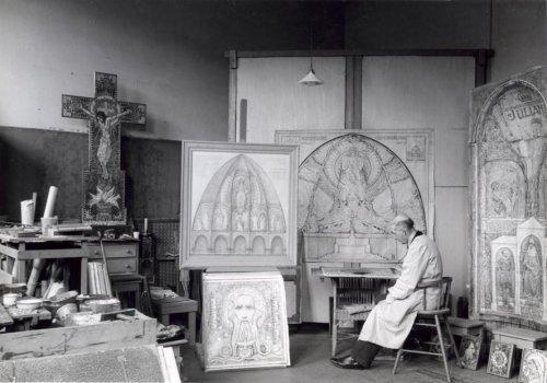 Anton Molkenboer in zijn mozaïekenatelier aan het werk (foto W.van den Randen, 1943)