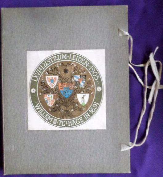 Omslagmap van gedenkboek van het LXVIe lustrum van het Leidsch Studentencorps uit 1905. (2 delen Willem III, 's-Gravenhage, 1905-1906 met illustraties van Anton Molkenboer)