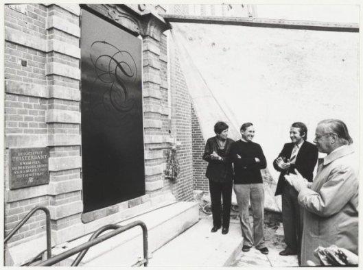 Na de onthulling van een gedenkplaat van de sociëteit Teisterbant aan de gevel van de Brinkmann brasserie door mw. Pietsie Bomans-Verscheure. Rechts applaudiseert Harry Prenen (De Boer, NHA, 1981)