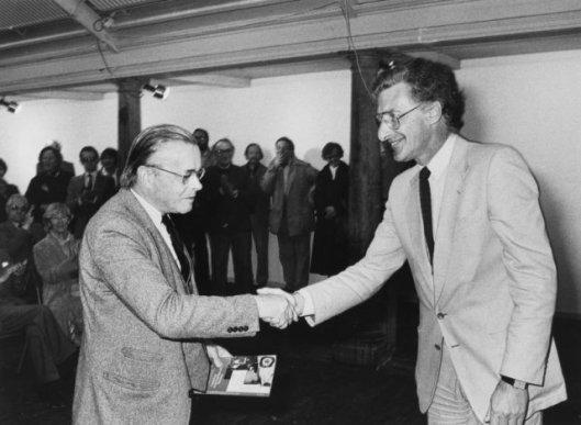 Uitreiking door Harry Mulisch aan Harry Prenen van het eerste exemplaar van het boek van Louis Ferron over de sociëteit Teisterbant (Cees de Boer, NHA, 1981)