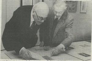 Harry Prenen bij de voorbereiding van een tentoonstelling van zijn werk in Bloemendaal met burgemeester Weekhout (Heemsteedse/Bloemendaalse Courant, 28-2-1986