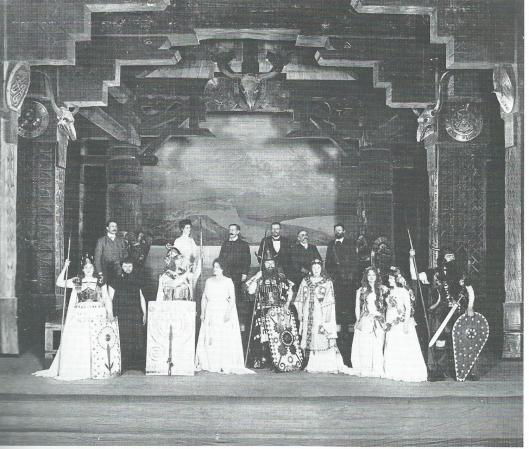 Groep medewerkers aan Götterdämmerung mei 1902. Op de tweede rij links staat Antoon Molkenboer