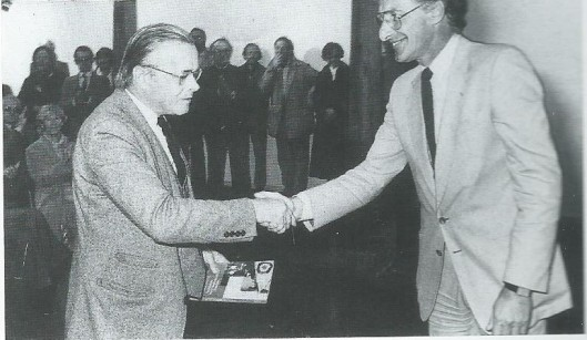 In 1981 reikte Harry Mulisch aan Harry Prenen het eerste exemplaar uit van 'De keldergang der heren; geschiedenis van de Haarlemse sociëteit Teisterbant'.