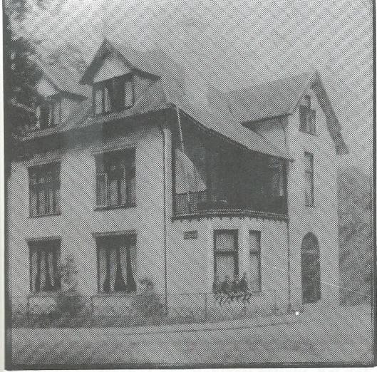 Vier zonen Bomans, 'de vier Heemskinderen' op het hek van Boshof omstreeks 1930.
