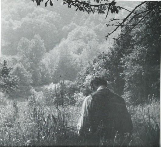 Harry Prenen op de rug gezien, tekenend in de Bloemendaalse dreven. (Uit boek: Harrie Prenen, Tekeningen, 1984).