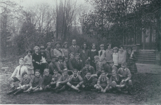 Een andere zoon van Louis Hartz, ook Louis geheten en bijgenaamd 'Oela' was leerling van de Dreefschool. Hier in 1929 op een klassefoto op de voorste rij vierde van links gezeten.