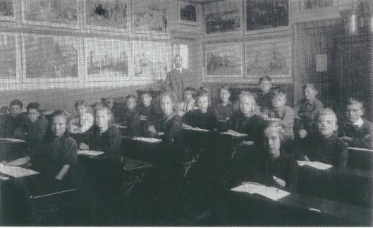 Foto van de zesde klas van de Voorwegschool in 1923 onder leiding van hoofdmeester J.de Jong die veel voor de school heeft gedaan en zelfs leerlingen uit Haarlem aantrok met helemaal links Sem Hartz, de latere grafisch ontwerper, een zoon van Louis Hartz