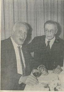 De twee grootste vrienden van Godfried Bomans waren vrij zeker Michel van der Plas en Harry Prenen. Hier op een foto gemaakt in de Van Lennepzaal van restaurant landgoed Groenendaal (Koerier, 28-10-1987)