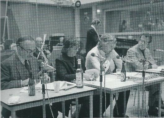 Godfried Bomans maakte ook deel uit van het satirisch radioprogramma 'Cursief'. Op deze foto uit 1971 zien we van links naar rechts: Herman van Run, Netty Rosenfeld, Gerard Cox en Luc Lutz (foto NOB/AVAC)