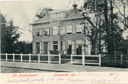 Villa 'De Kraaienhorst'/ Çrayenhorst' op een ansichtkaart uit 1907. Het huis is in 1905 gebouwd aan het begin van de Crayenesterlaan onder architectuur van Jac. Etmans. Deze architect die ook in dienst was als opzichter openbare werken bij de gemeente Heemstede ontwierop ook o.a. de villa's Oosterhoutlaan 6 (1907), Linnaeuslaan 2 (1908) en Vijverlaan 7 (1910).
