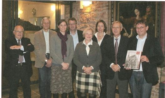 Het bestuur van de Stichting Spaar en Hout bij ondertekening van bruikleenovereenkomst met Noord-Hollands Archief op 18 oktober 2011 in de Janskerk. V.l.n.r. C.V.Wiersma, J.J.van der Sande, M.Gravendeel, Dick van der Fluit (N.H.Archief), L.C.M.Blomjous-Maillette de Buy Wenniger, Klaartje Pompe (N.H.Archief), H.Blanksma en I.Kanbier (in februari 2012 overleden) (Foto Jos Fielmich)