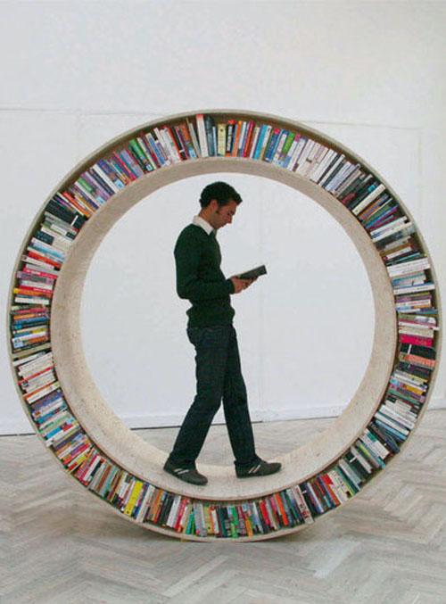 Lezen in een boekenrad