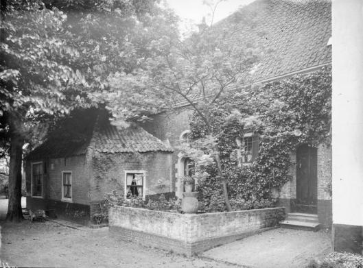 Ingang van het woonhuis van de familie Erens io een foto uit 1928 (foto J.P.A.Antonietti)