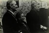 Onthulling van plaquette voor Frans Erens bij zijn sterfhuis te Houthem-Gerlach. V.l.n.r.: burgemeester P.Gillissen van Valkenburg aan de Geul, Elisabeth Erens (dochter van Emile Erens) en Chr.Rutten, 14-2-1985