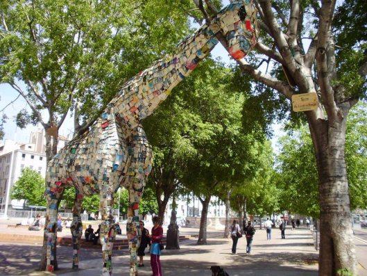 Boekengiraffe opgebouwd uit circa 3.000 boeken, tentoongesteld in Aix-en-Provence en Marseille
