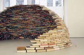 Iglo van op elkaar gestapelde afgeschreven bibliotheekboeken, vervaardigd voor galerie de installatie 'Home' (2011) door de Colombiaanse kunstenaar Miler Lagos.