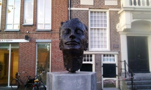 De op 30 oktober 2013 onthulde buste van Mulisch in Haarlem, ontworpen door Jikke van Loon (Matthijs van den Bosch)