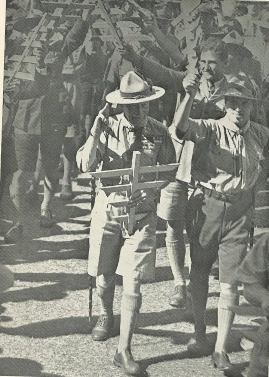 Links Chief Scout Lord Baden Powell met hoofdverkenner J.J.Rambonnet betreden het terrein in Vogelenzang.