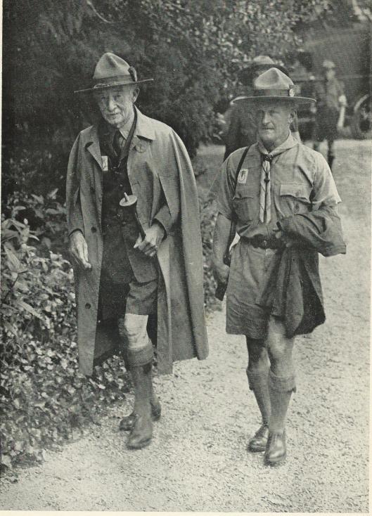 DE Chief Scout en rechts Camp Chief J.Wilson op een van hun kamptochten