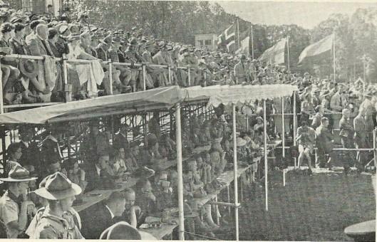 De perstribune op de wereldjamboree Vogelenzang 1937 met journalisten en fotografen uit de gehele wereld