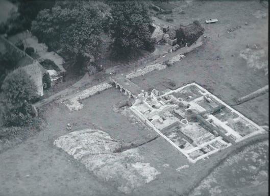 Luchtfoto uit 1948 ten tijde van de opgravingen door de Rijksdienst voor het Oudheidkundig Bodemonderzoek. Links het vroegere poortgebouw, waar anjelierkweker en hagiograaf Emile Erens met zijn gezin woonde.