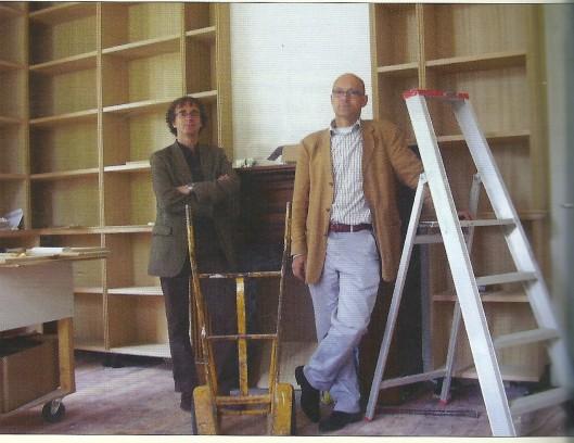 Jeffrey Bosch (links) en Thijs Blankevoort tijdens verbouwing van het nieuwe veilinghuis aan het Kenaupark in Haarlem (foto Caspar Wechgelaer, uit Boekenpost nummer121, sept/okt 2012)