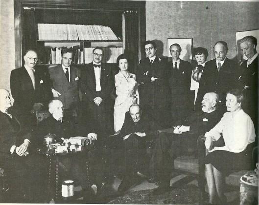 In het huis van Kees Verwey aan het Spaarne in Heemstede. Boven v.l.n.r. O.B.de kat, Adriaan Roland Holst, C.Kelk, mevrouw Brantjes-Erens, Godfried Bomans, F.Abbing, mej. J.Tilbusccher, Kees Verwey en Mari Andriessen. Zittend: Cornelis Veth, Emile Erens, H.F.Boot, K.J.L. Alberdingk Thijm [= Lodewijk van Deyssel] en mevrouw Mulder (foto uit: Herinneringen aan Godfried Bomans onder redactie van Michel van der Plas)