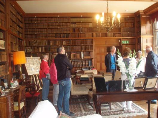 Bezoekers uit Heemstede in de bibliotheek van Tissington Hall