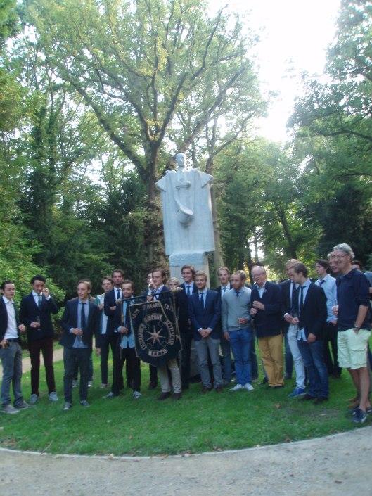 Het dispuut B.E.E.T.S. was 14 september 2014 aanwezig bij de onthulling van het monument in de Haarlemmerhout, hier poserend voor het beeld van Hildebrand
