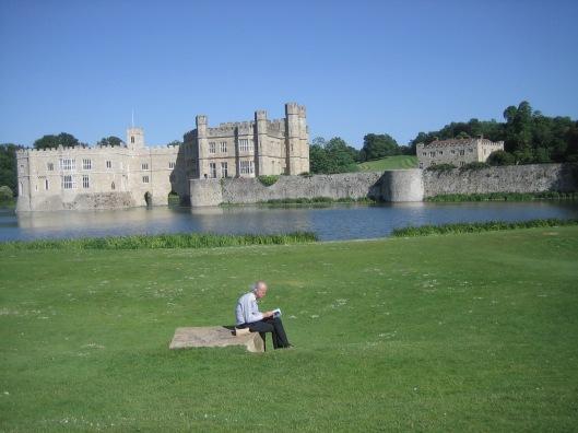 Hans Krol lezend op het gazon van kasteel Leeds, Kent, 4 juni 2015