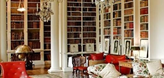 Een hoek van de Althorp boekerij. Omdat een vroegere graaf bibliofiel verzamelaar was omvatte de bibliotheek ooit uit 7 tot 8 ruimten. Eerste drukken en unieke Shakespeareana zijn in de loop van de tijd verkocht om geld te generen.