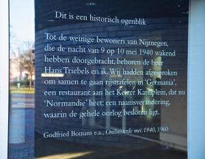 Een literair baken aan de gevel van een rabo-bank in Nijmegen. Citaat uit publicatie van Godfried Bomans: 'Ontluisterde mei 1940', 1960. Bisschop Hamerstraat Nijmegen